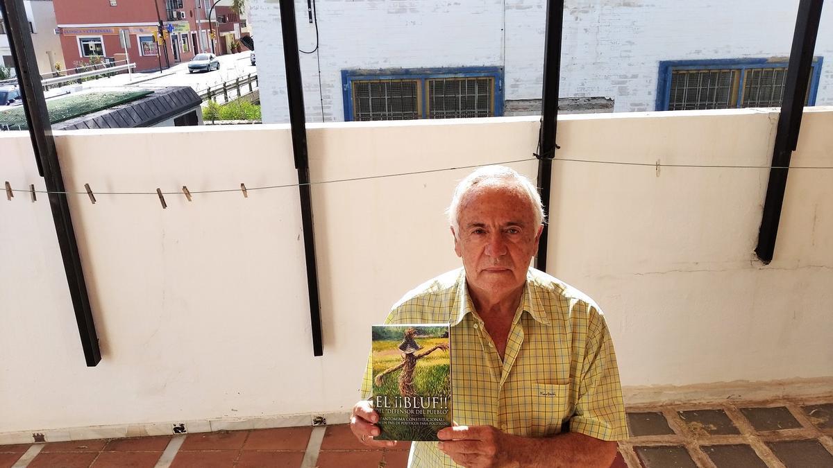 Manuel Hijano, con su libro denuncia en la terraza de su casa y la EBAR del Jaboneros al otro lado del muro.