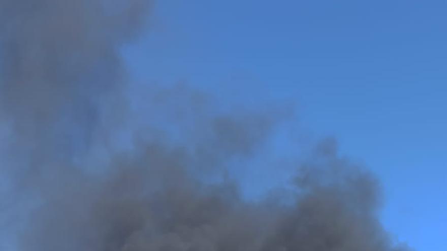 Arde el transformador eléctrico de una planta solar en Hervás