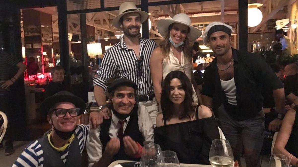 Monica Bellucci, durante su cena en el restaurante Velissima de Barcelona, rodeada de la 'familia' Marinelli, que ejerce de anfitriona.