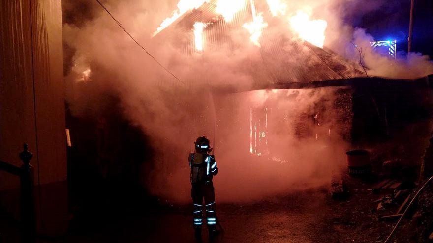 Un incendio calcina una antigua palloza en la localidad berciana de Villafeile (León)