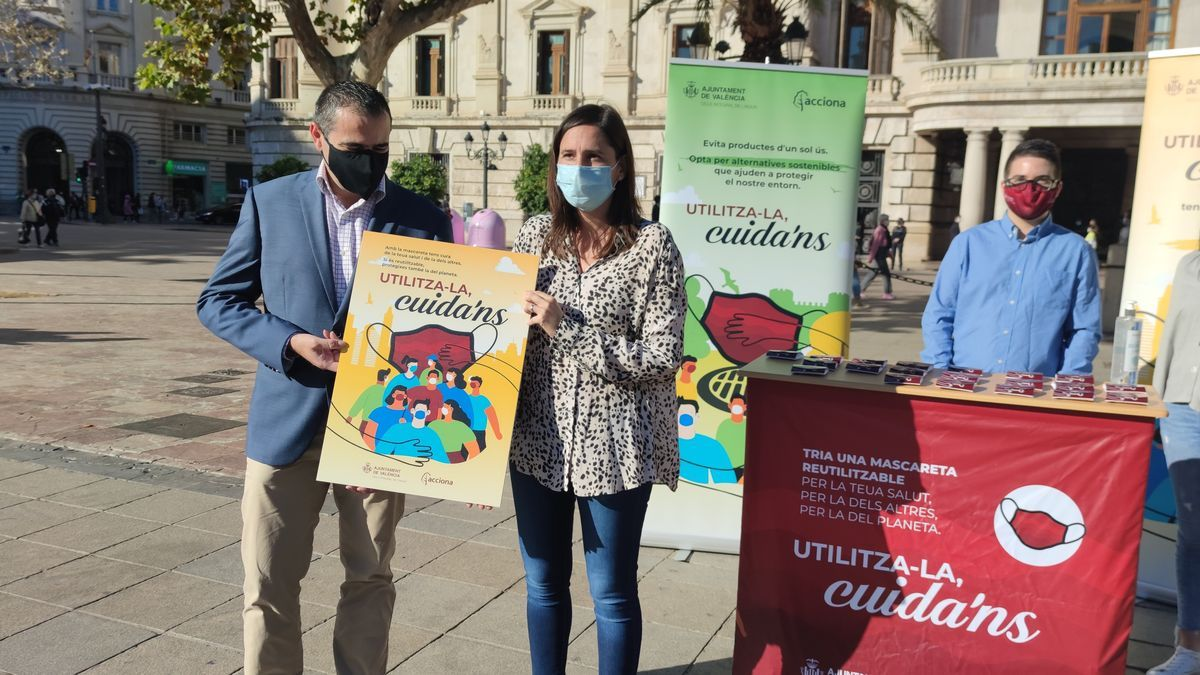 """Ayuntamiento reparte 3.000 mascarillas reutilizables ante el """"impacto"""" de las desechables en el alcantarillado"""