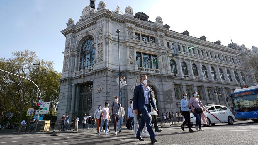 La subida del salario mínimo a 900 euros frenó la creación de hasta 154.000 empleos, según el BdE