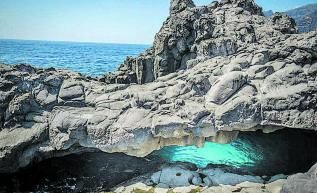 La Cueva del Tancón con sus dos accesos. | |