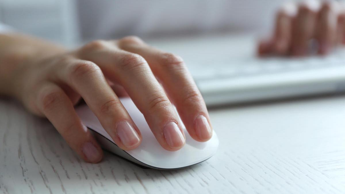 Una persona utiliza un ratón de ordenador