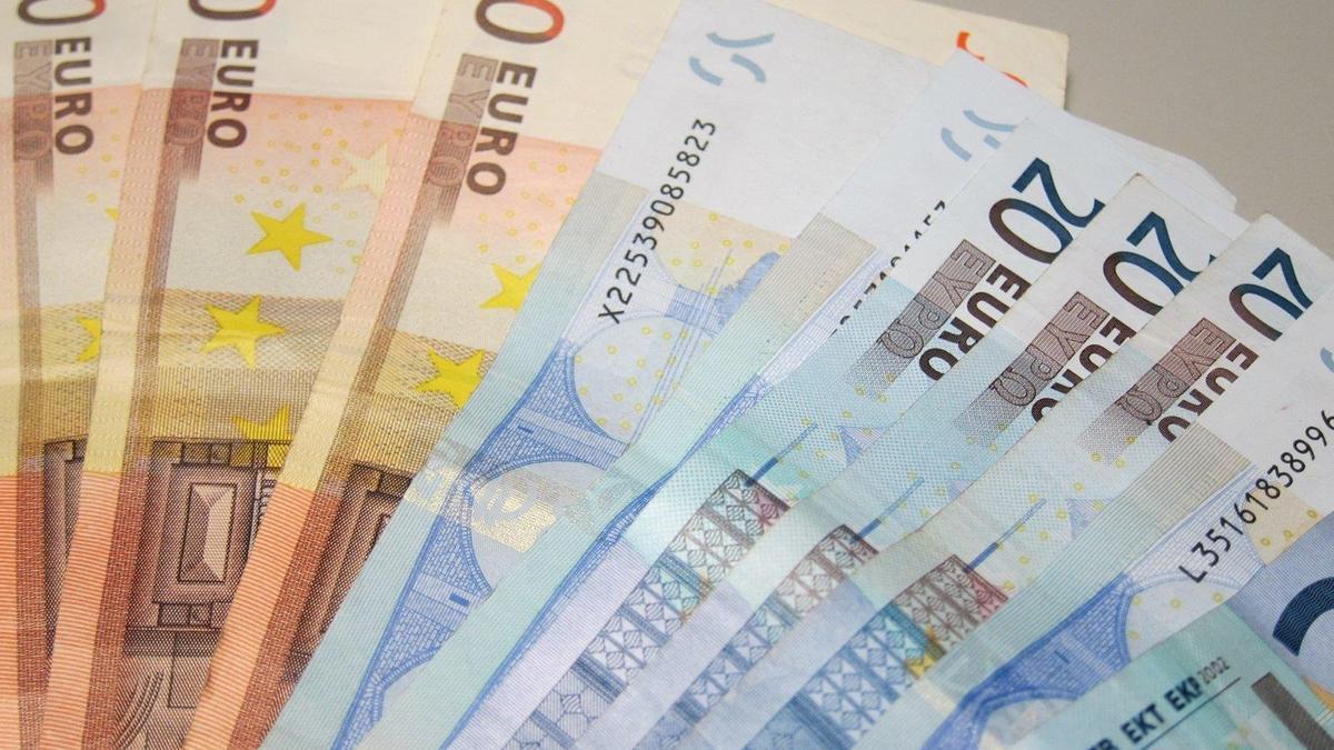 Billetes de cincuenta y veinte euros.