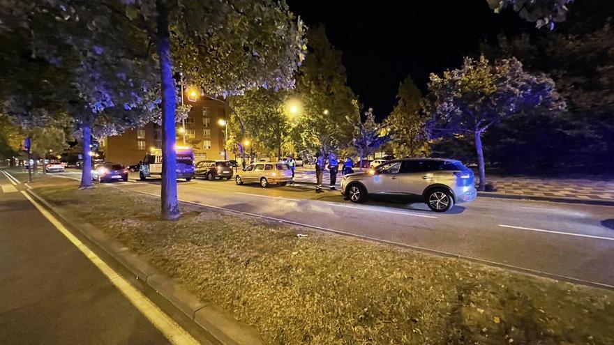 Choca contra un vehículo estacionado en Pamplona y los agentes lo encuentran dormido al volante