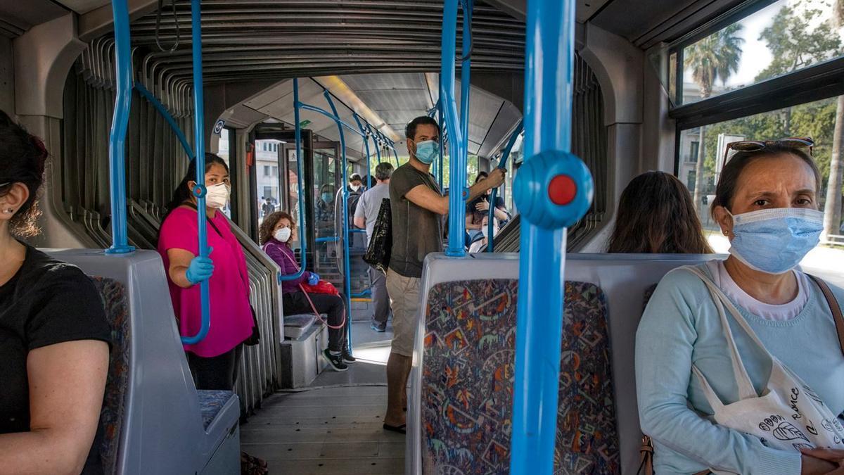 En el interior del bus sigue siendo obligatorio el uso de las mascarillas.