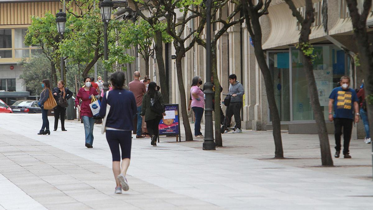 Pocos transeúntes en el centro de Ourense, ayer, primer domingo de confinamiento. // I. Osorio