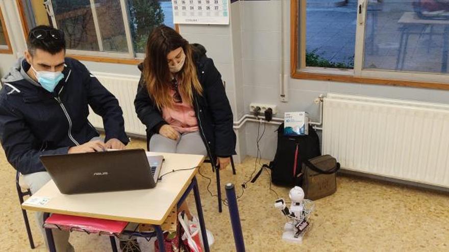 Alumnos de Palmera se familiarizan con los robots