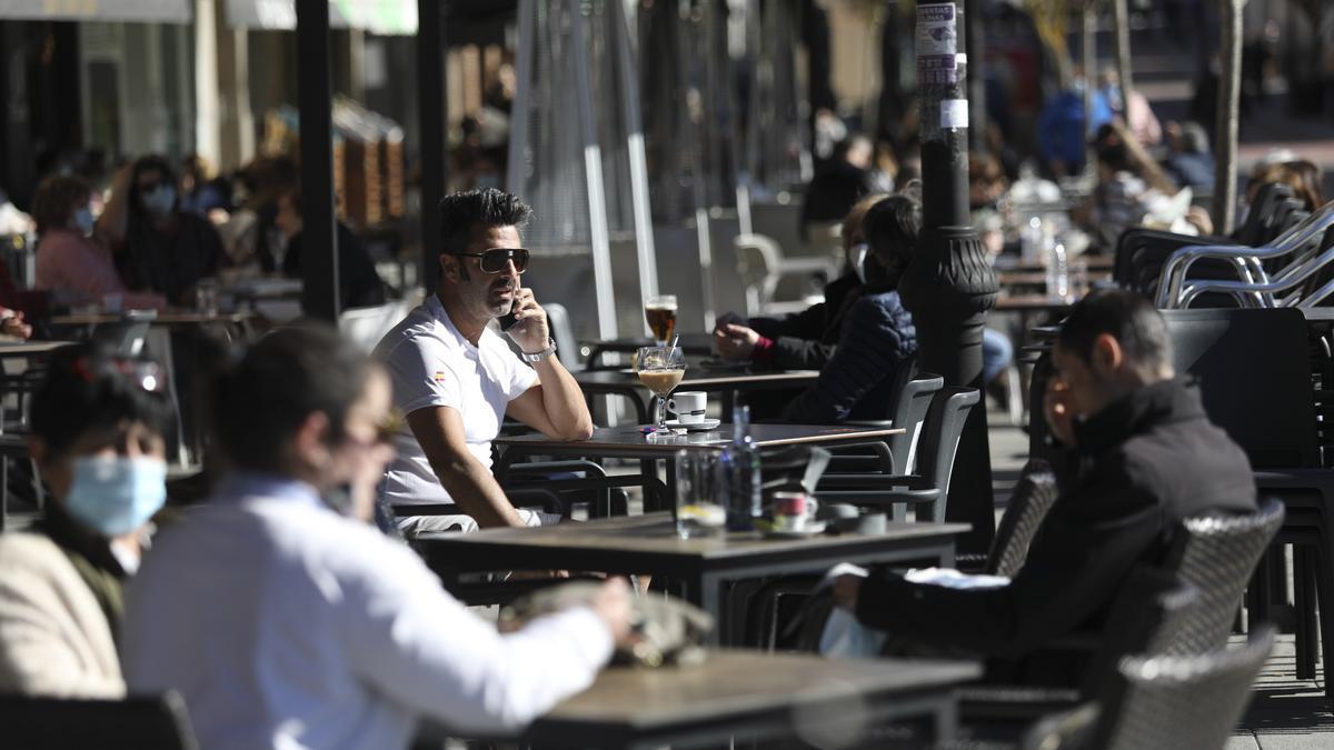 Ambiente de terrazas, ayer, en la plaza del Parche, en Avilés.