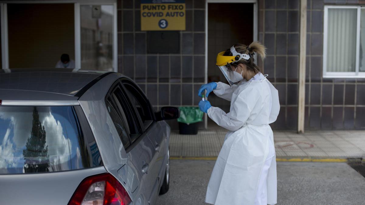 Recogida de muestras en el Covid-Auto del Hospital Santa María Nai, en Ourense. / Brais Lorenzo