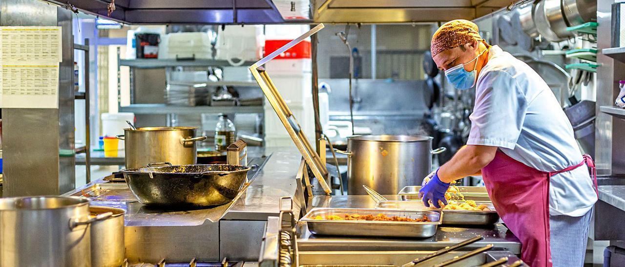 La cocina es uno de los departamentos donde más carencias hay. En muchos hoteles, los puestos están copados por gente de Pakistán.  | DAVID REVENGA