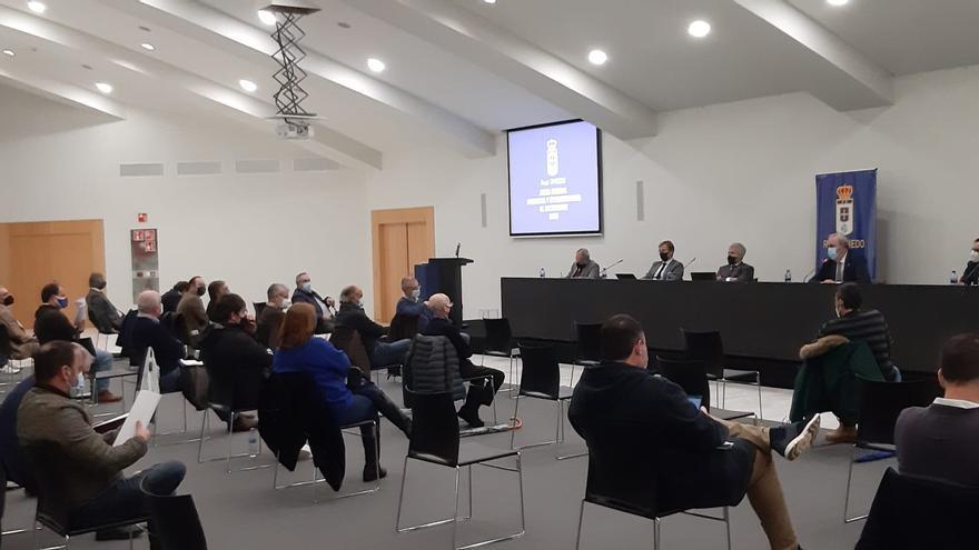 """""""¿Está Arnau en alguna candidatura del Barça?"""" Los sorprendentes ruegos y preguntas de la junta del Oviedo"""