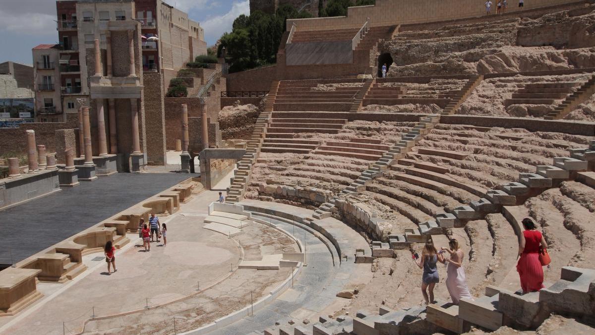Turistas visitan el Teatro Romano de Cartagena.