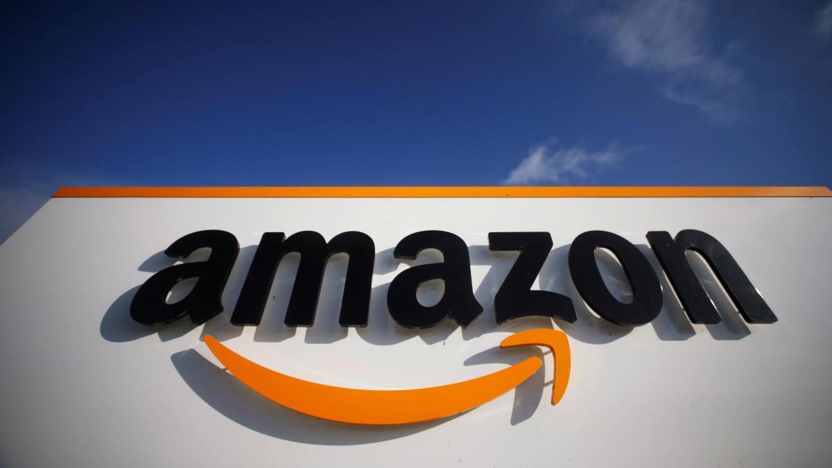 El logo de Amazon en un centro logístico de Francia