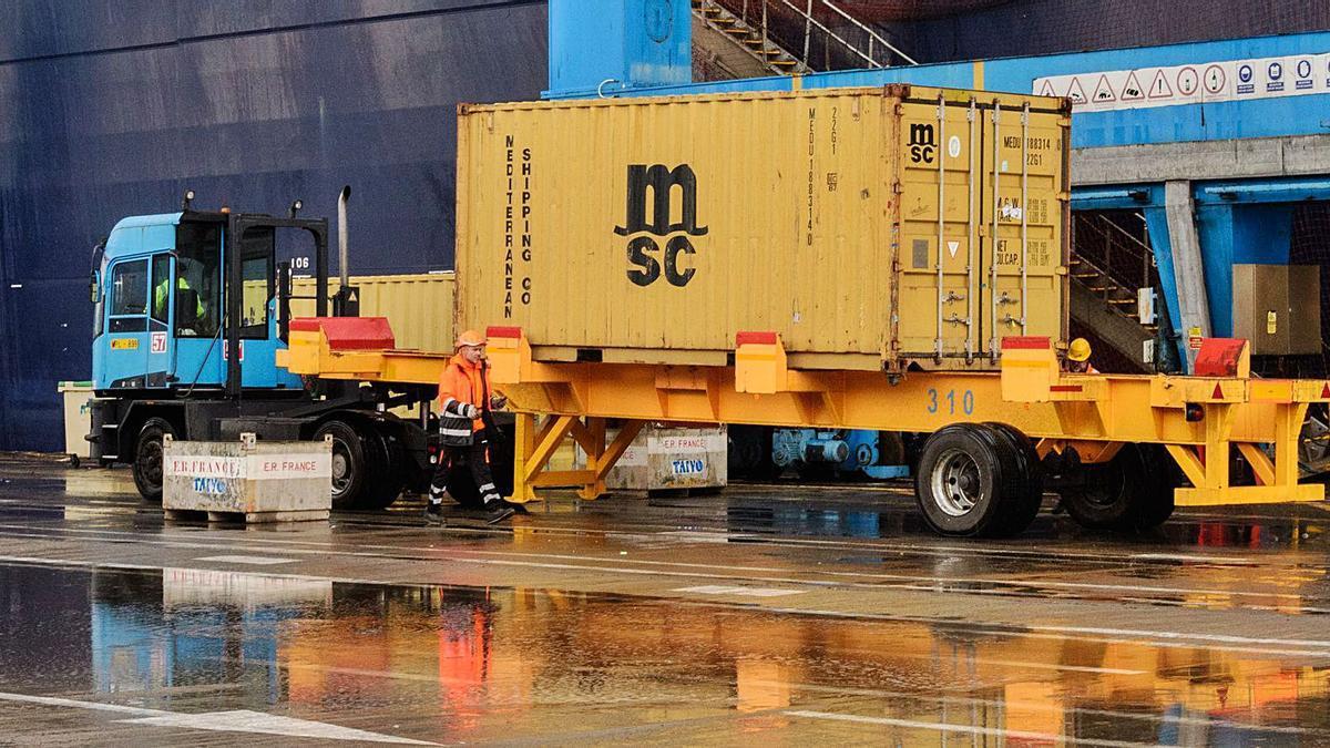 Un momento del embarque de contenedores de mercancías en un puerto canario.