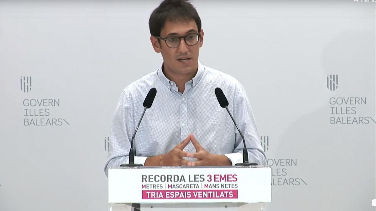 Regierungssprecher Iago Negueruela bei einer Pressekonferenz.