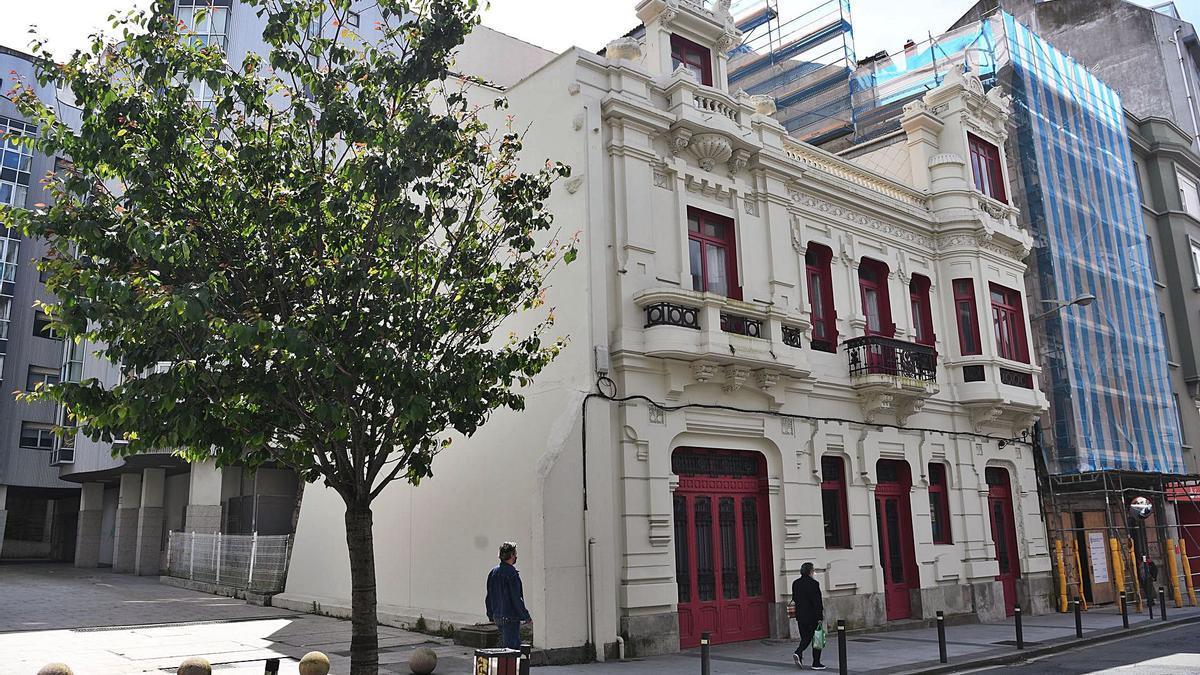 Fachada rehabilitada del edificio modernista del 132 de la avenida de Oza, con otro del mismo estilo a su lado en obras.     // CARLOS PARDELLAS