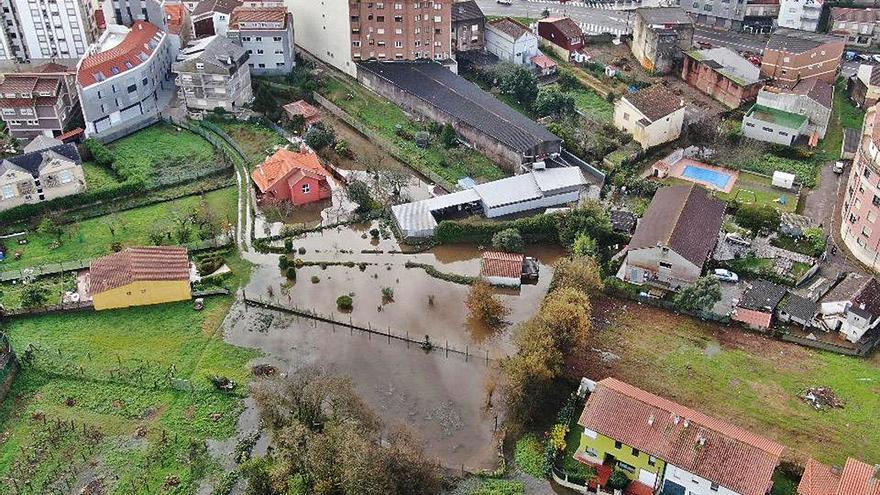 La lluvia desborda el río Bouzós y anega bajos, garajes y fincas en el casco urbano