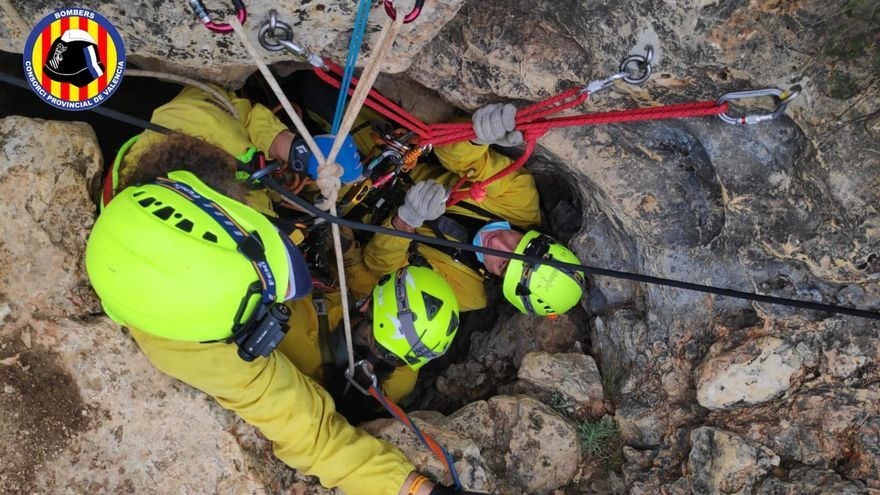 El Consorcio Provincial de Bomberos de València rescata un hombre en una cueva de Tous