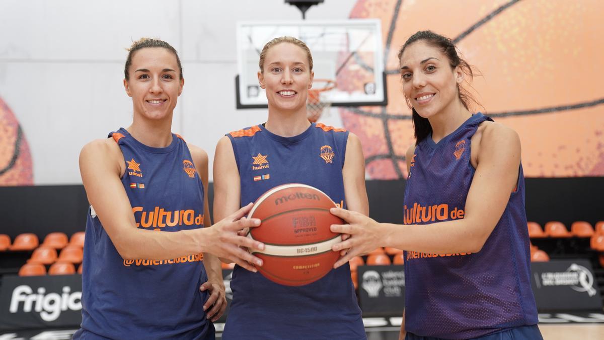 Queralt Casas, Anna Gómez y Cristina Ouviña, las capitanas del equipo femenino.