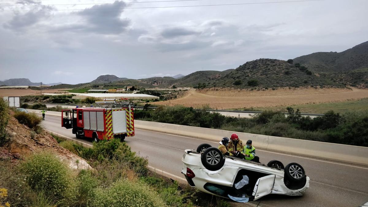 El automóvil, ruedas arriba tras estrellarse.