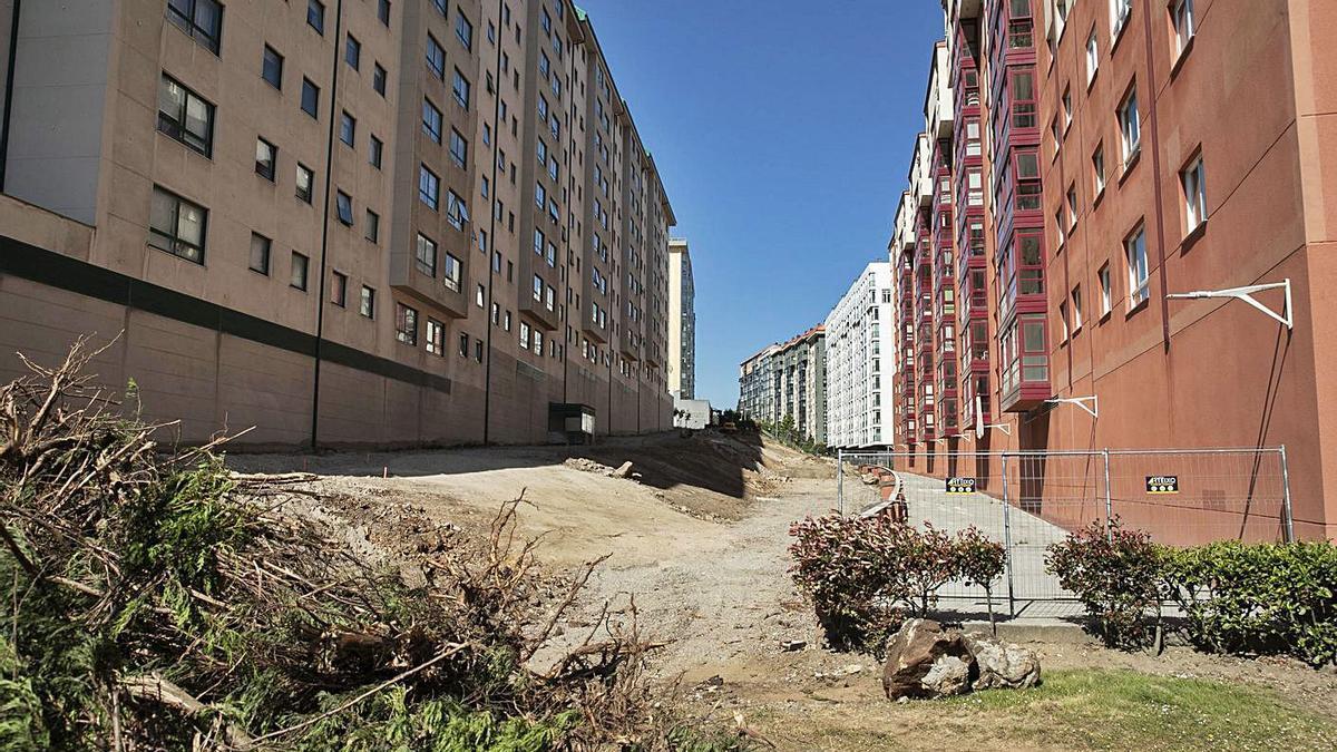 Obras del corredor verde que se construye en el barrio de Novo Mesoiro.   | // LA OPINIÓN