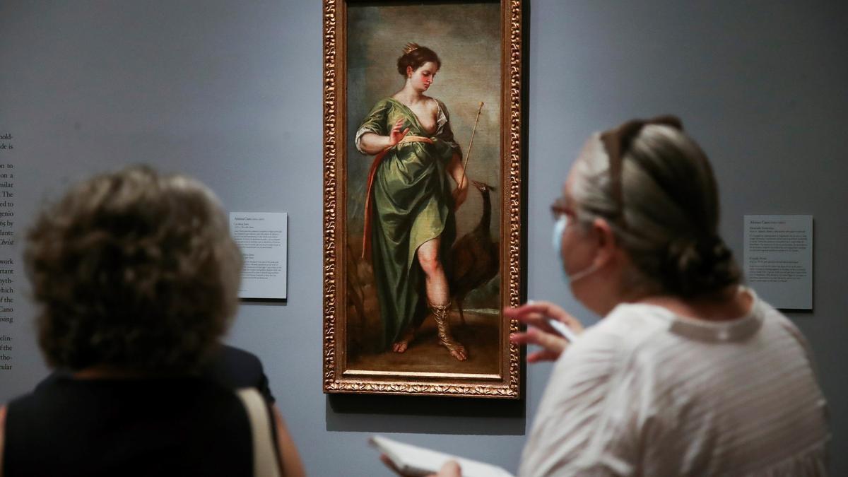 Un par de periodistas observan la obra 'La Diosa Juno', del pintor Alonso Cano, durante su presentación