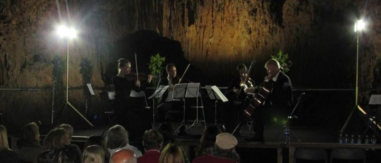 Uno de los conciertos musicales celebrados el pasado mes de agosto en la Cuevona de Ardines.