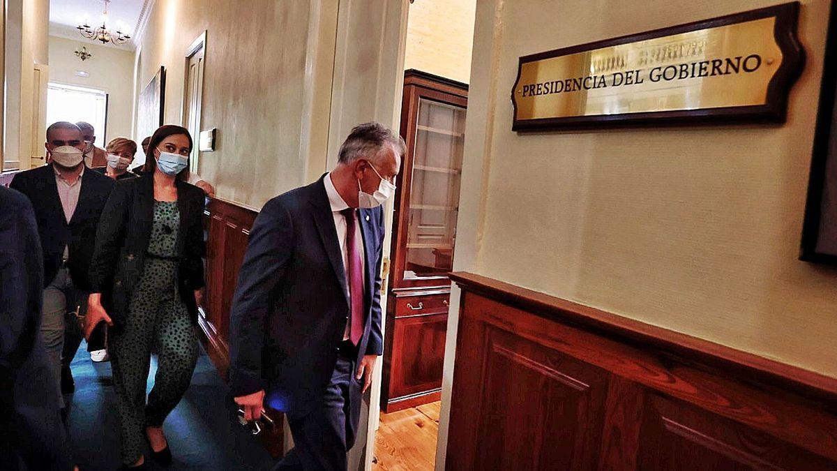 Torres entra en su despacho del Parlamento seguido de los portavoces y varios diputados del PSOE para preparar la estrategia en la votación de RTVC.