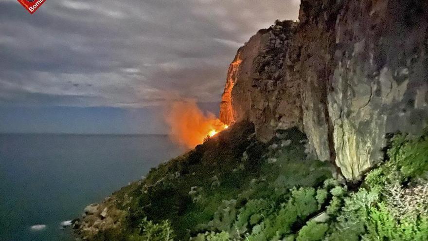 Apaguen un incendi espectacular en els penya-segats de Benitatxell