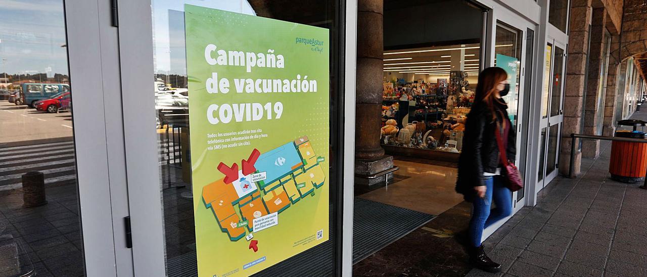Un cartel informativo en una de las puertas de acceso al centro comercial de Trasona.