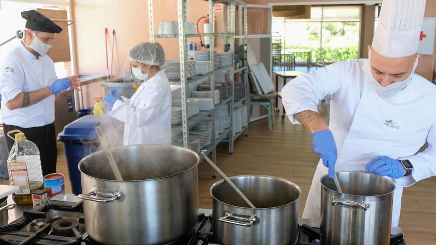 La cocina del centro integrado de FP de Elda se pone al servicio de las familias sin recursos