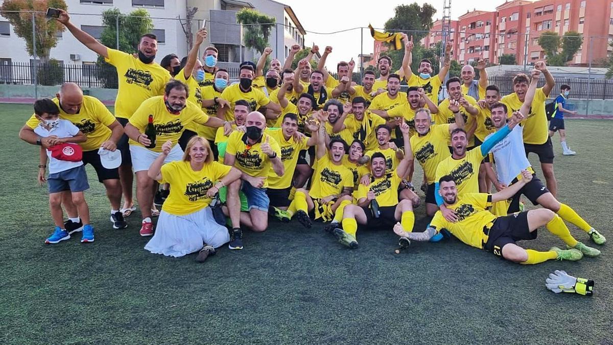 Un momento de la celebración del ascenso tras la victoria en casa por 4 goles a 1 frente al Albatera.   INFORMACIÓN