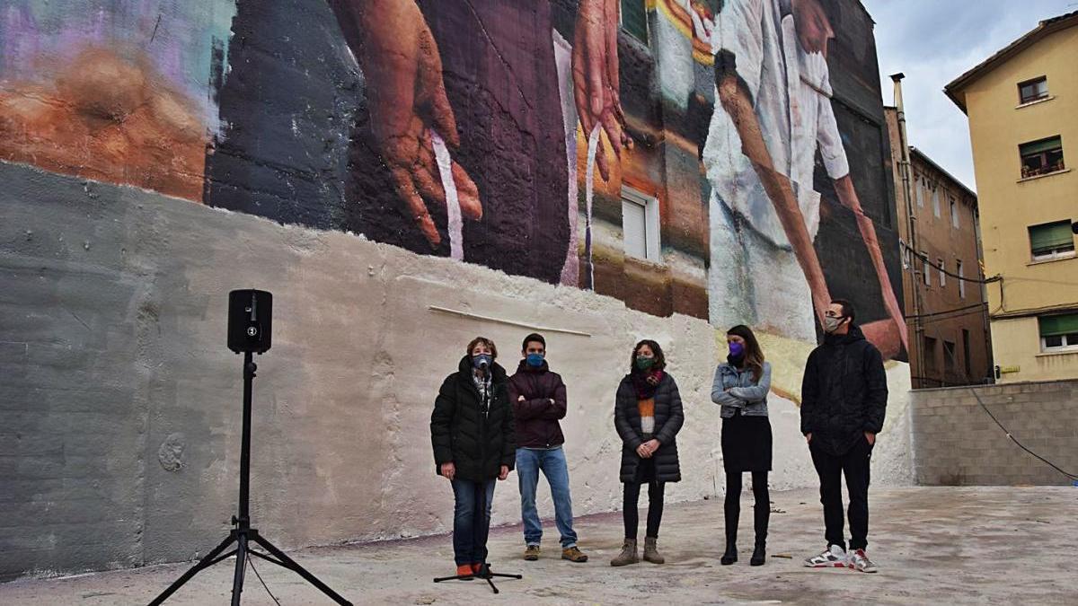 Representants de Bergacomercial i de l'Ajuntament de Berga amb l'artista Slim Safont