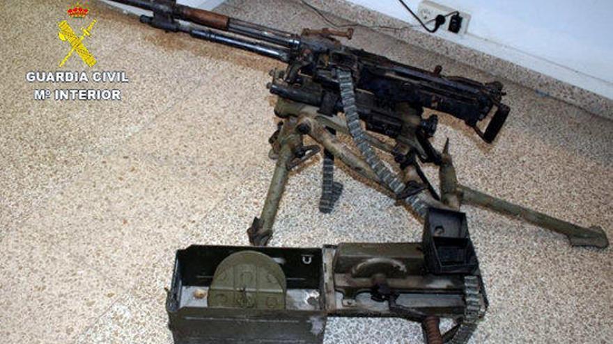Dos detinguts a la Jonquera amb una metralladora del 1944 i armes de guerra