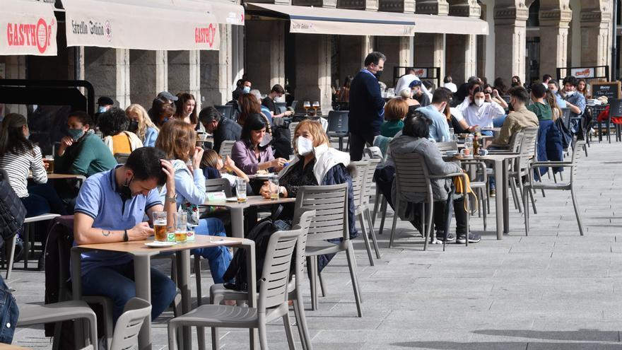 """""""En la terraza por cada mesa ocupada debe haber una desocupada a su lado"""""""