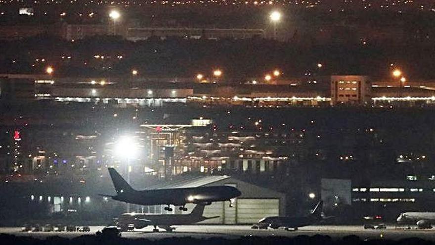 Un avió amb problemes al motor i sense una roda aterra a Madrid amb èxit