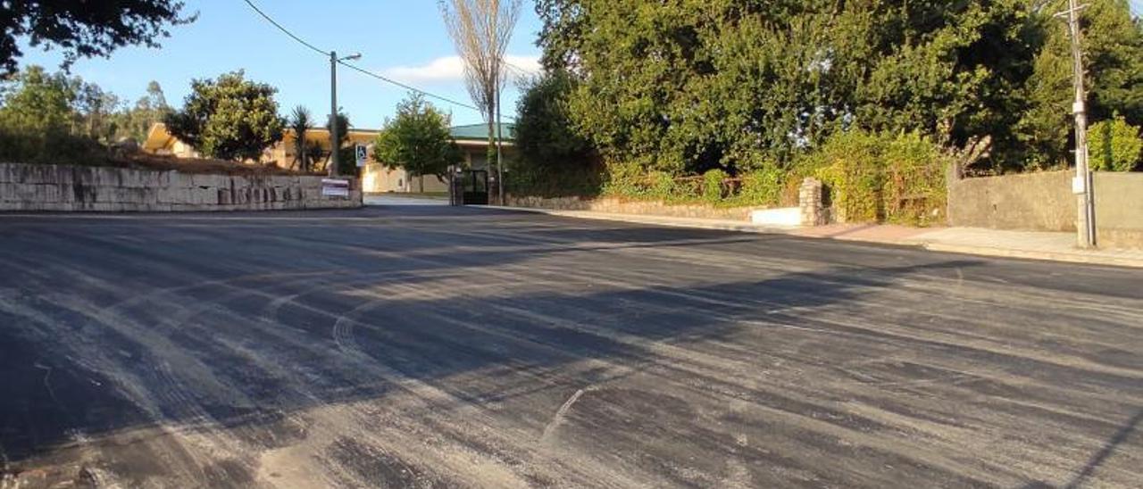 El aparcamiento con el nuevo firme del colegio Outeiro das Penas, a falta de los trabajos de pintado.     // FDV