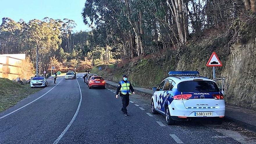 El fin del cierre perimetral en Cangas dispara las visitas y la Policía refuerza el control de foráneos