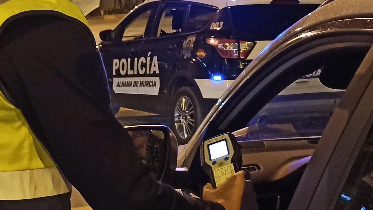 Agentes de la Policía de Alhama de Murcia realizan una prueba de alcoholemia.