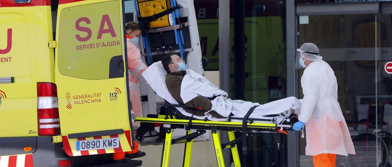Sanitarios trasladan a un paciente en Valencia.
