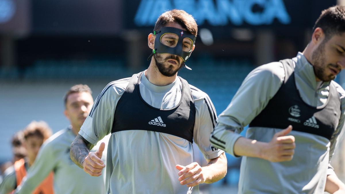 Ferreyra entrena con su máscara en Balaídos.