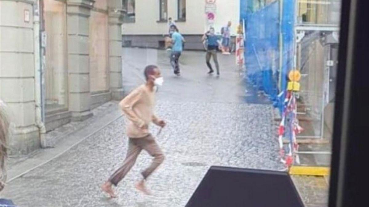 Imagen del atacante con el cuchillo en la mano.