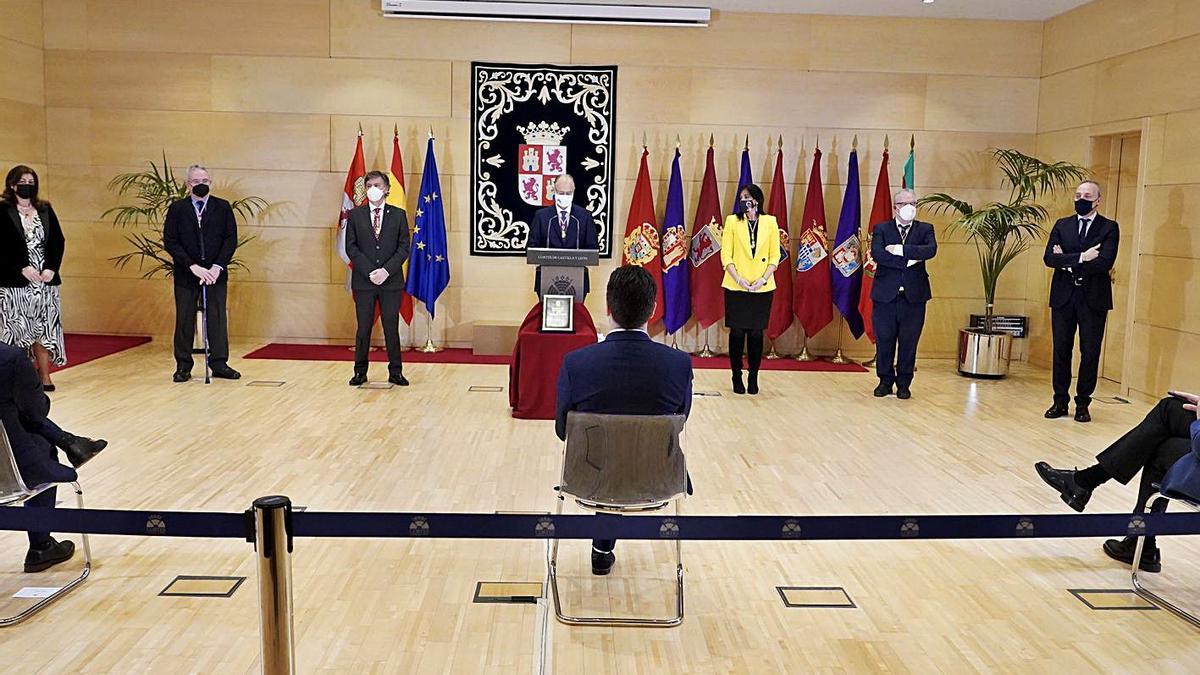 El presidente de las Cortes, durante su discurso ayer, acompañado por los miembros de la Mesa del Parlamento autonómico y varios portavoces parlamentarios. | Ical