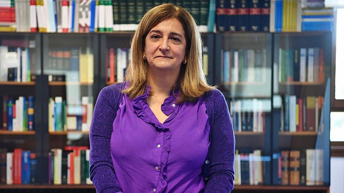 María Teresa Cortizas, en la biblioteca de la Audiencia Provincial de A Coruña.