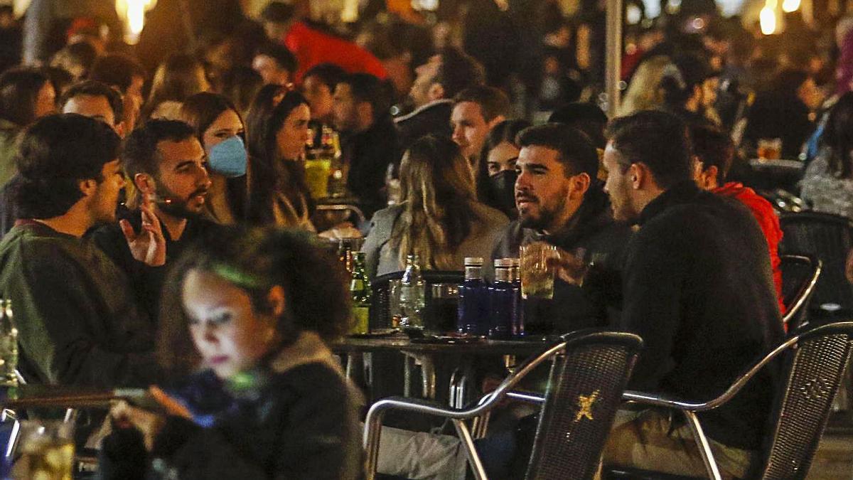 Ambiente en los bares de Córdoba en los días previos al inicio de la Semana Santa, tras la relajación del horario.