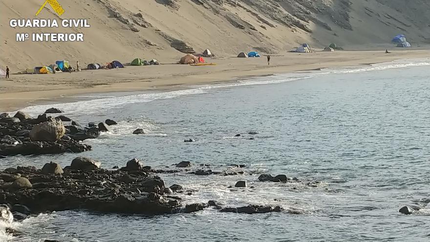 Denuncian a 65 personas que estaban acampadas ilegalmente