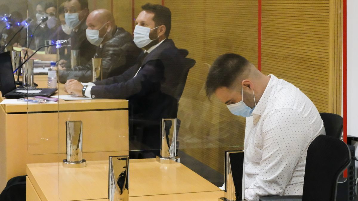 El acusado de asesinato, Víctor Ayoze Gil, con camisa blanca