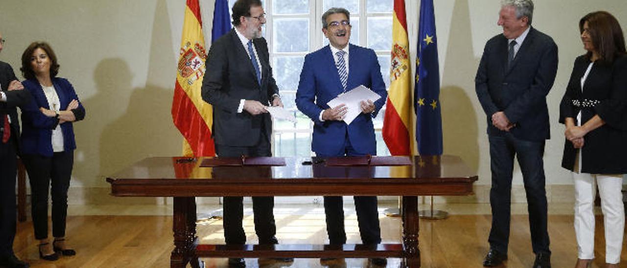 Firma del acuerdo de los Presupuestos Generales del Estado en el Congreso de los Diputados entre NC y el Gobierno de Rajoy el 30 de mayo del pasado año.